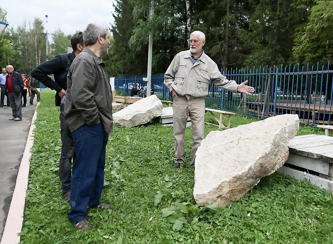 июль 2015, резчики по камню в Хотьках