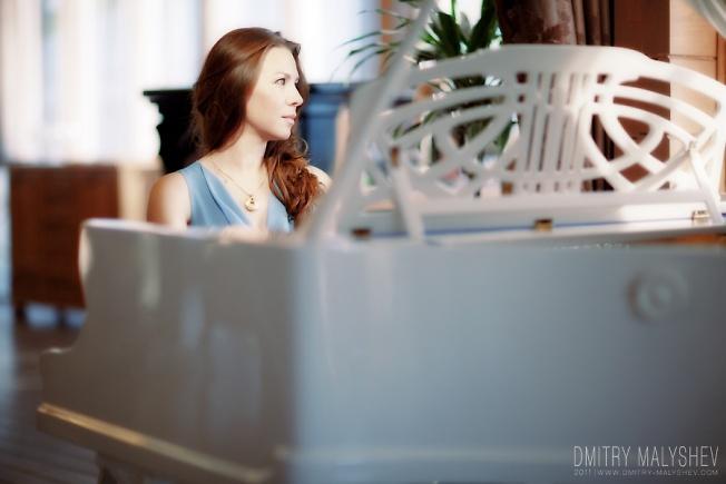 За роялем