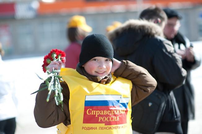 8 Марта: справедливая Россия раздавала цветуёчки.