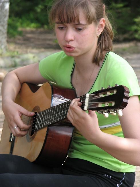 изгиб гитары жёлтой...