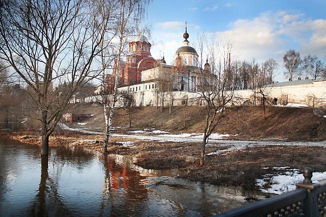 Покровский монастырь весной