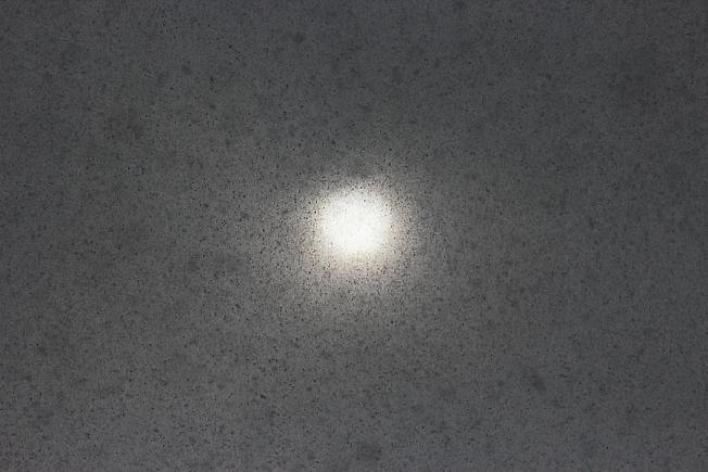 Вид на дневное светило сквозь традиционный апрельский снегопад