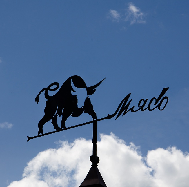 Флюгер на крыше сельского магазина