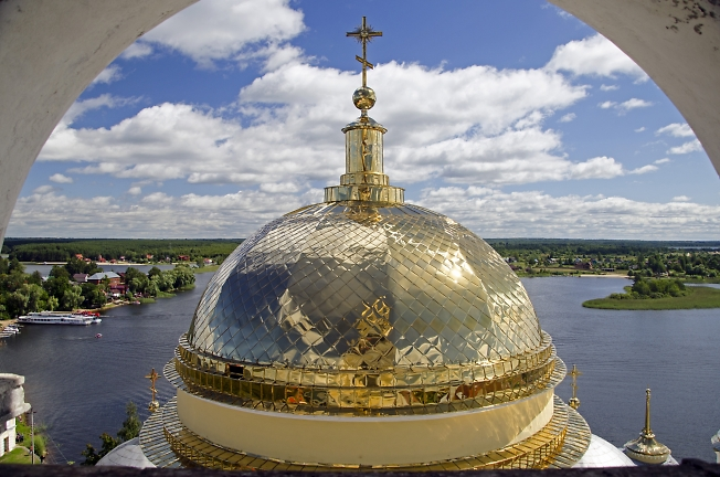 Вид со звонницы храма Богоявления Господня Нило-Столобенского монастыря