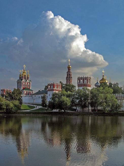 Облако над Новодевичьим монастырем