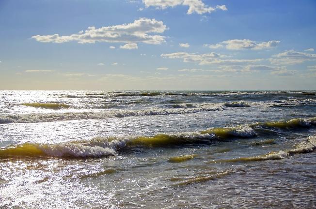 Море волнуется - раз!..