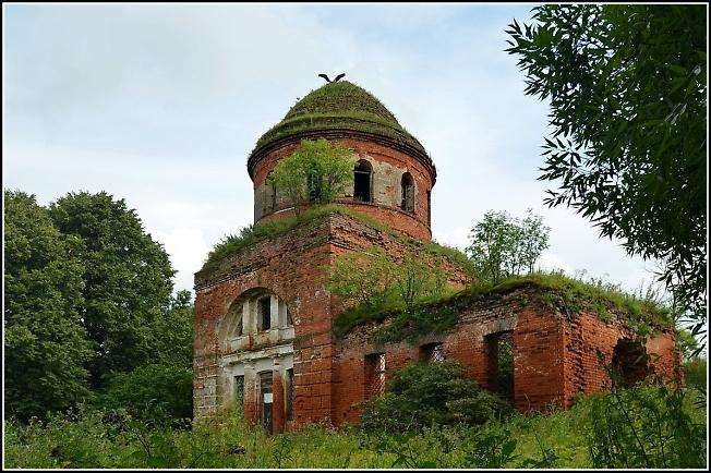 Церковь св. Николая, на куполе живут аисты