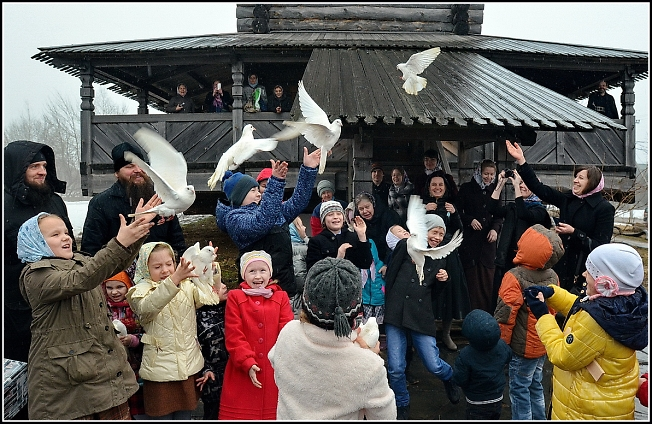 В Благовещенье на Благовещение дети выпустили на волю голубей