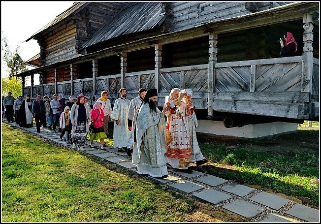 Крестный ход с мощами мучеников во время Великого освящения храма Благовещения Пресвятой Богородицы