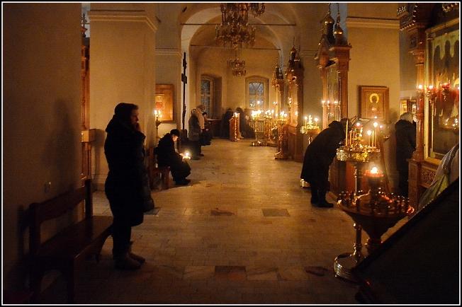 Пред ночной Божественной литургией в Успенской церкви