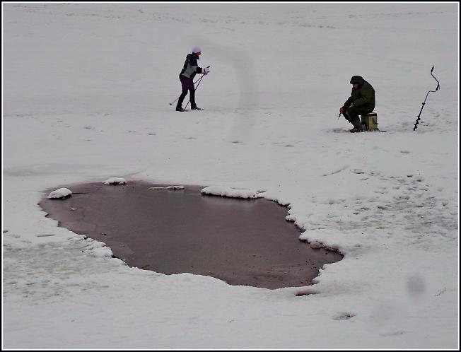 Баба каталась на лыжах пока мужик ловил рыбу