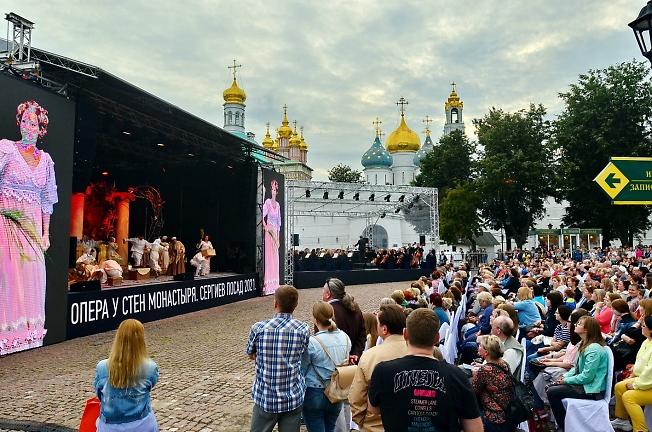 Вечернее шоу на Красногорской площади