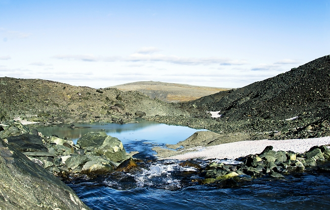 Голубое озеро и синий ручей