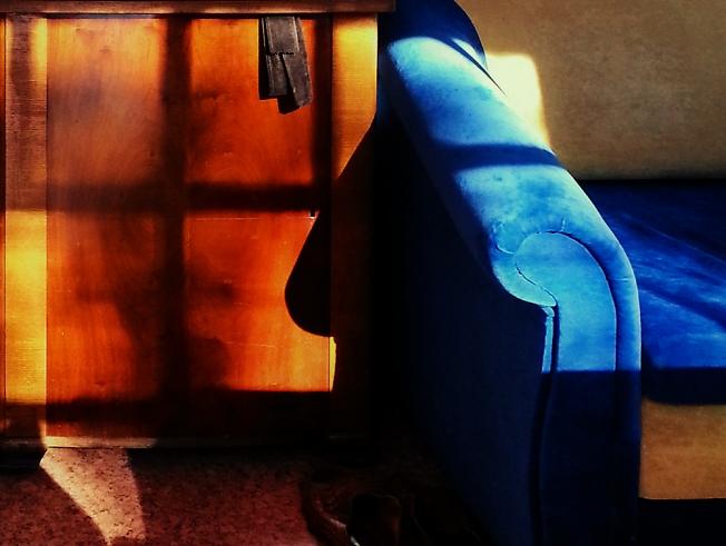 Синий диван и старая тумбочка
