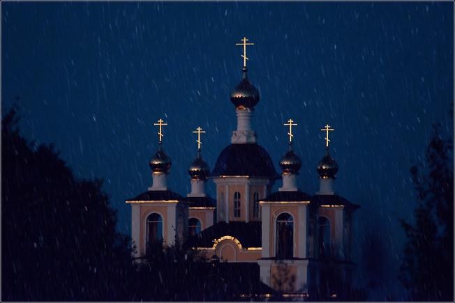 Лазаревская церковь осенним, ненастным вечером
