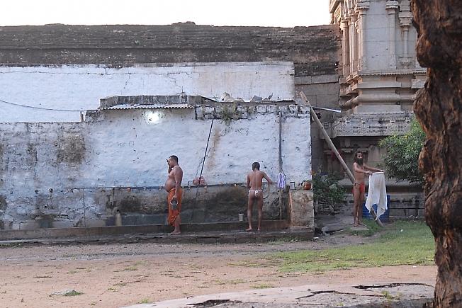 Монахи -кришнаиты.Индия