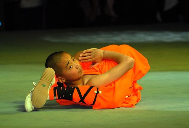 Китай.Шаолинськое поздравление монаха всех девушек -фотографов с Международным днем 8марта.Здороья и удачных кадров..