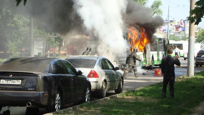 Москва. Сегодня у м. Выхино сгорел автобус. Вроде без жертв.