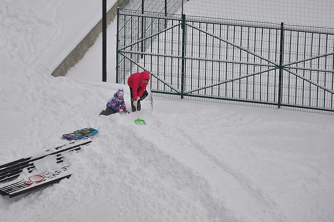 Снегопад - строим горку.