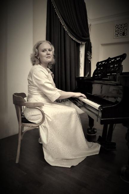 За роялем - Юлия Земскова.