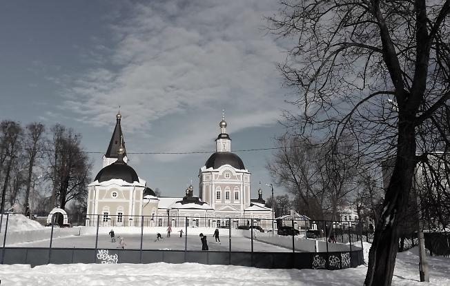 Небольшой каток на Клементьевке, теплый февральский день.