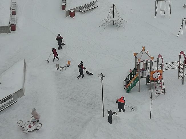 Снег выпал только в феврале :)