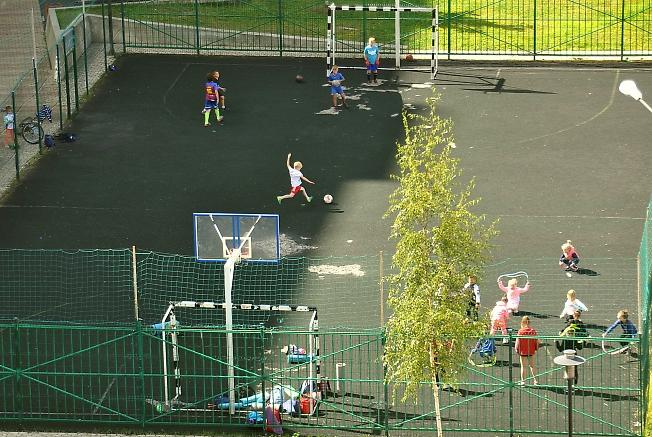 Детский спорт во дворе.