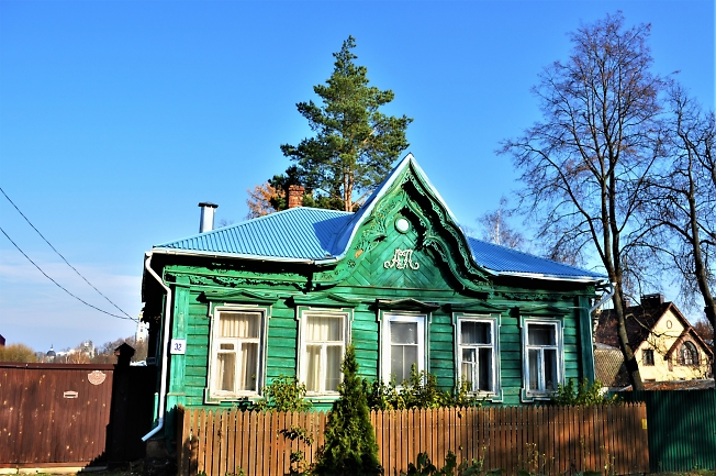Дом с собственным вензелем (гербом)