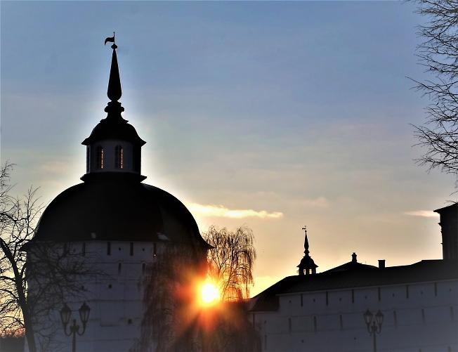 Солнышко зацепилось за Пятницкую башню