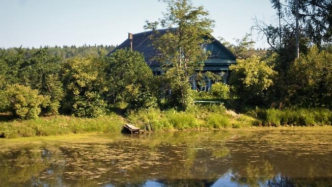 Дом у пруда
