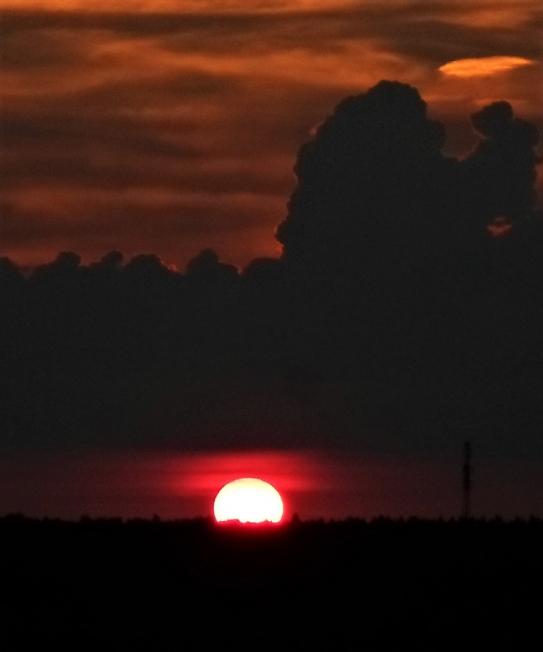 Солнце на красном
