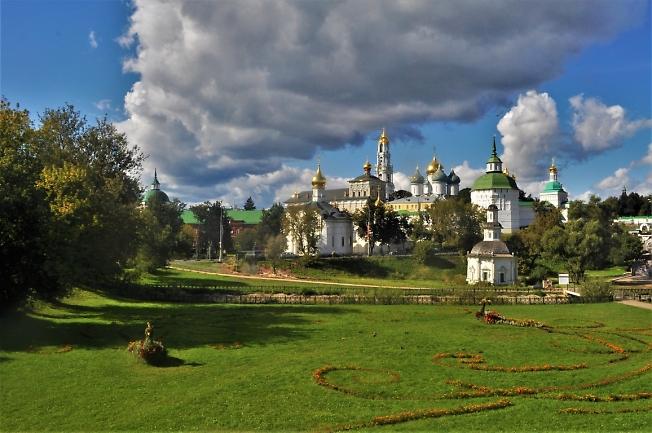 Свято-Троицкая Сергиева лавра в сентябре.