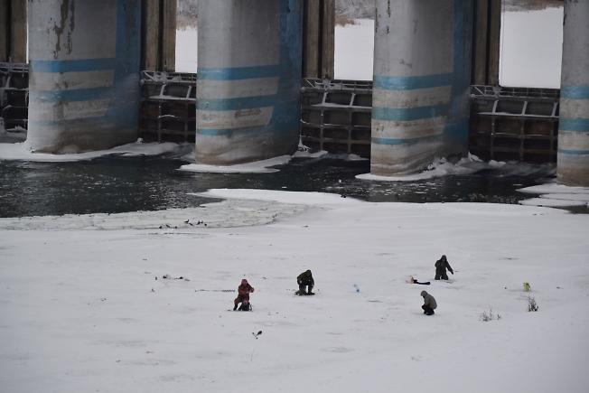 Рыбаки у плотины