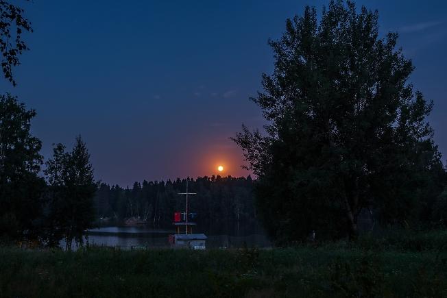 Луна и Лесное озеро
