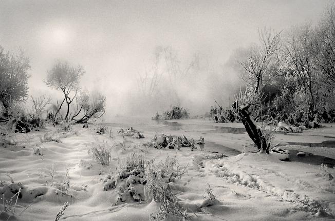 Первые морозы. Река замерзает.