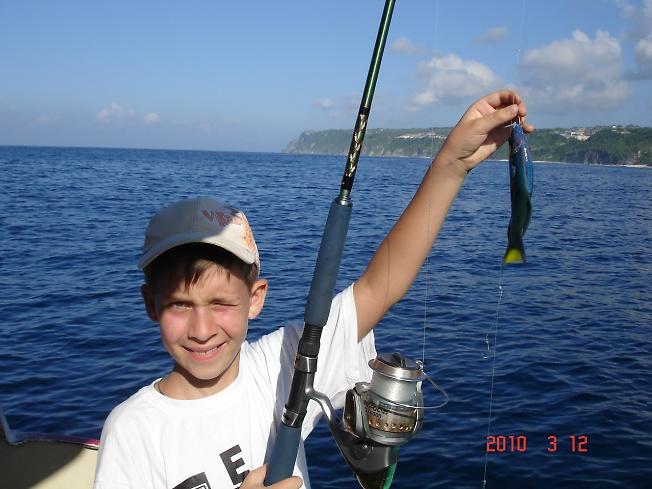 рыбак с несколькими удочками
