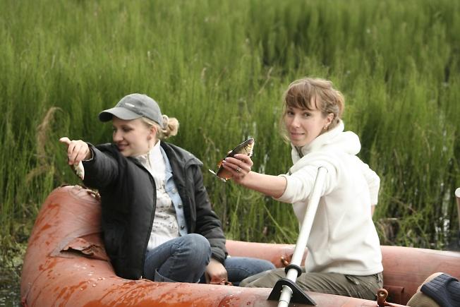 Ловим рыбку голыми руками - вот какие девченки)