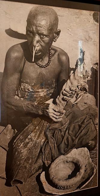 Курение в племени ТВА(снято в музее)