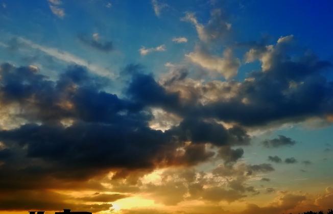 Небо за окном, завтра уже лето, последний весенний закат этого года ...