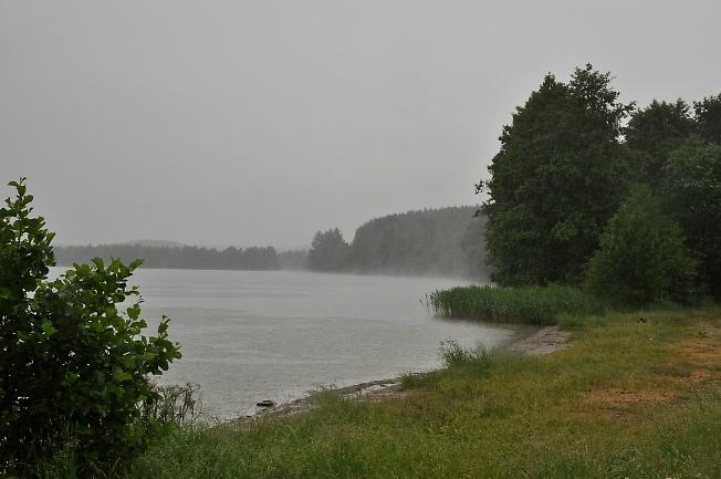 На озере дождь