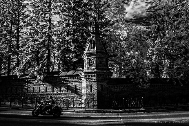 Мотоциклист у Пафнутьевского сада. Сергиев посад.