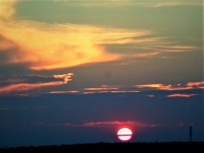Закат с мостиком на солнце